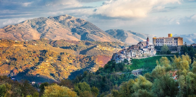 Paisagem pitoresca da itália, vista da vila medieval de san vito romano, lazio, itália