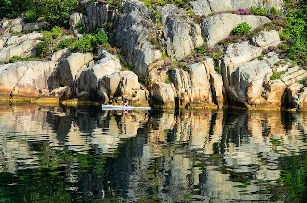 Paisagem pitoresca da rocha da montanha do fiorde de lysefjord com reflexão