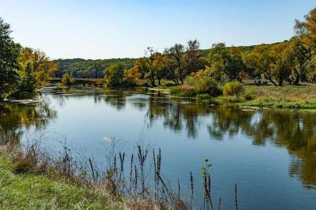 Paisagem pitoresca de um rio limpo e calmo