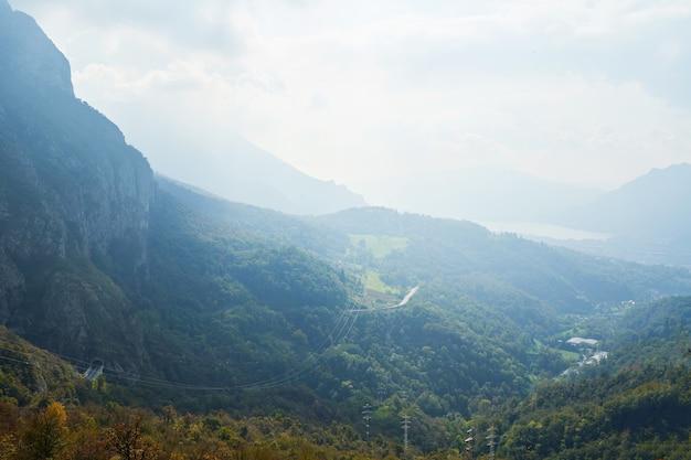 Paisagem pitoresca do campo alpino de verão colinas nas montanhas, aventura turística, cena colorida