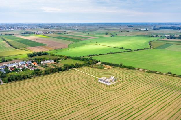Paisagem pitoresca em campos verdes iluminados pelo sol, espaços infinitos, paisagem rural
