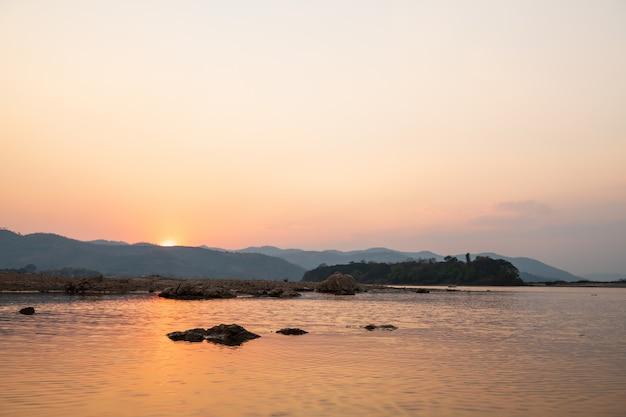 Paisagem por do sol do rio mekong no distrito de pakchom