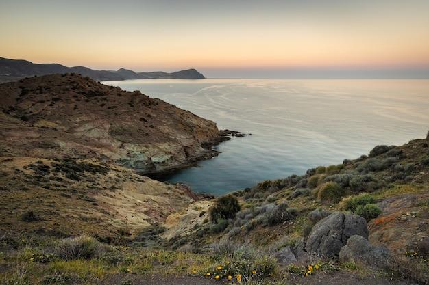 Paisagem por do sol na área de los escullos. parque natural cabo de gata. andaluzia. espanha.