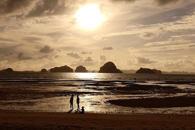 Paisagem pôr do sol na praia de tubkaek em krabi tailândia