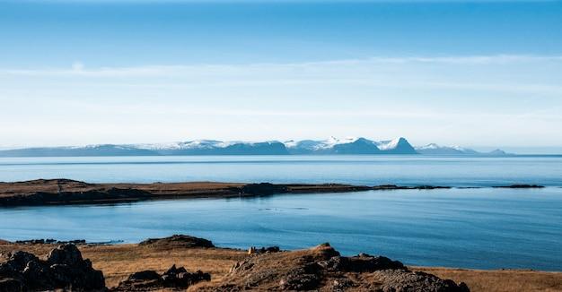Paisagem relaxante para acalmar e aliviar o estresse, lago azul com águas serenas e calmas no meio da natureza selvagem.