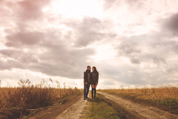 Paisagem retrato do jovem casal bonito elegante sensual e se divertindo ao ar livre