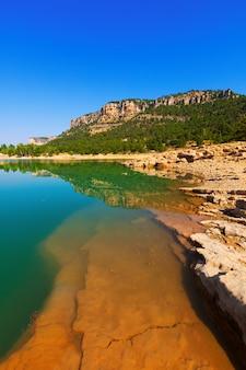 Paisagem rochosa com lago de montanhas