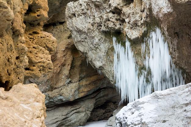 Paisagem rochosa com pingentes no inverno tempo closeup