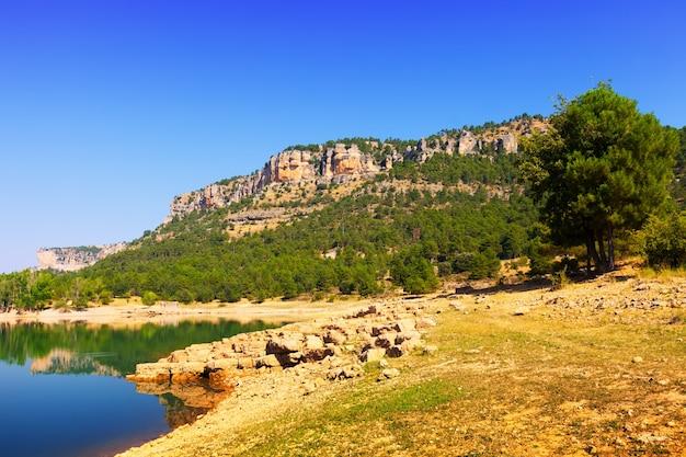 Paisagem rochosa com reservatório de montanhas