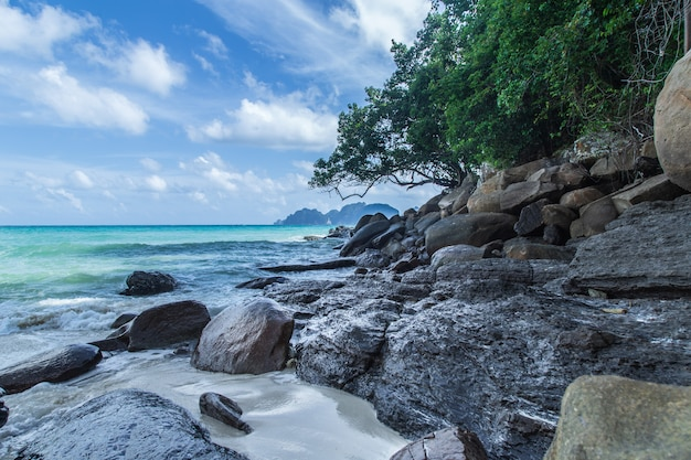 Paisagem rochosa na tailândia, ko phi phi, krabi, mar de andaman