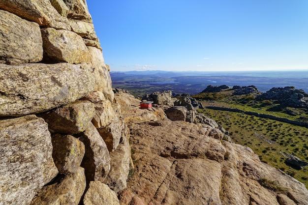 Paisagem rochosa verde ao nascer do sol em um dia ensolarado com belas vistas para a montanha. madrid.