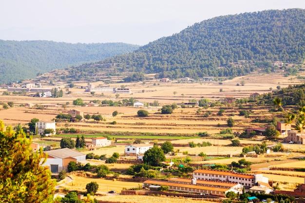 Paisagem rural com fazendas na catalunha