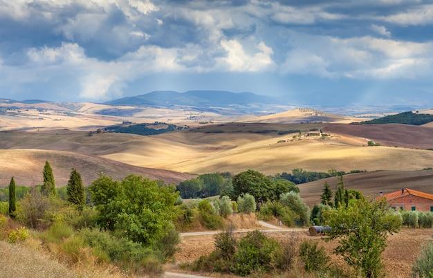 Paisagem rural da toscana, itália. os campos, colinas e florestas. agricultura