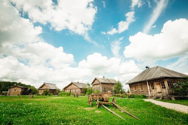 Paisagem rural de verão com um carrinho e cabanas