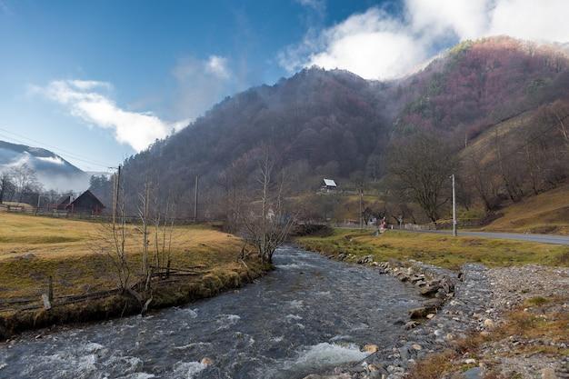 Paisagem rural na romênia, tempo nublado pela manhã nas montanhas