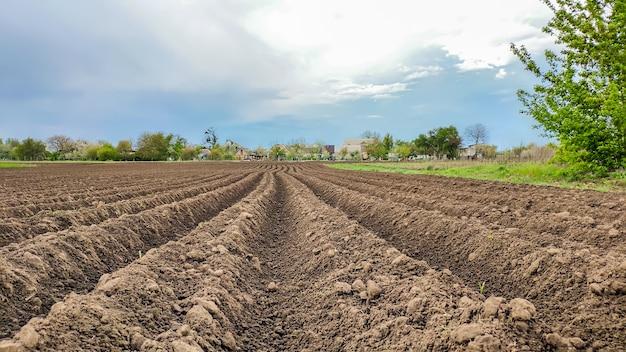 Paisagem rural. terra arável. vistas cinematográficas de terras aradas no campo
