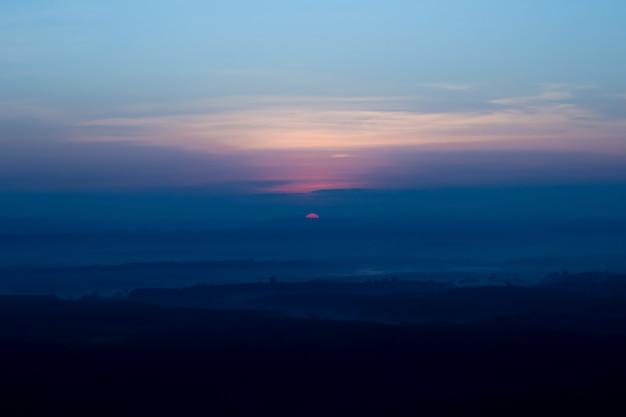 Paisagem sol da manhã e vista para a montanha do dia
