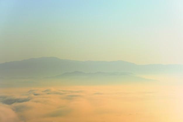 Paisagem surreal de nevoeiro matinal ... nuvens matinais ao nascer do sol. paisagem de nevoeiro e montanhas do norte da tailândia.