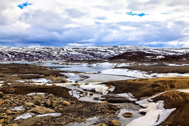 Paisagem surrealista: montanhas, lago e terras na escandinávia