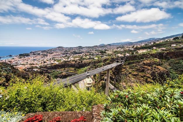Paisagem típica da ilha da madeira em portugal, vista panorâmica da cidade do funchal do jardim botânico