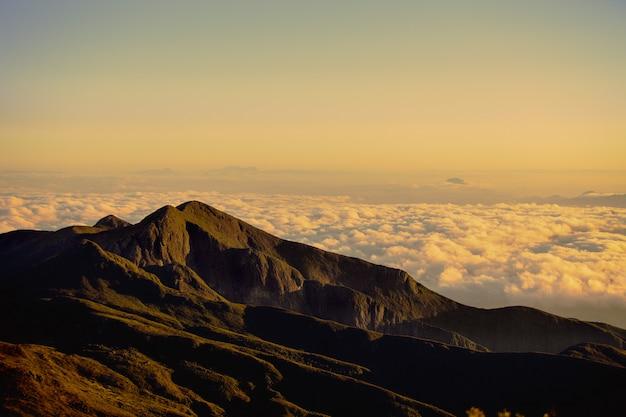 Paisagem tiro das montanhas com as nuvens visíveis à distância
