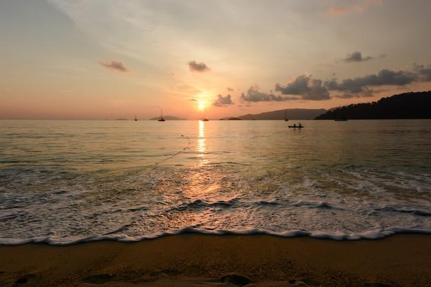 Paisagem tropical do mar com montanhas e pedras