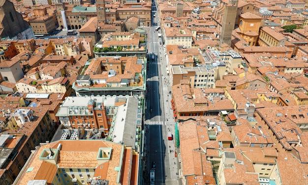 Paisagem urbana aérea de bolonha da cidade velha vista da torre com a rua rizzoli em primeiro plano, paisagem medieval italiana