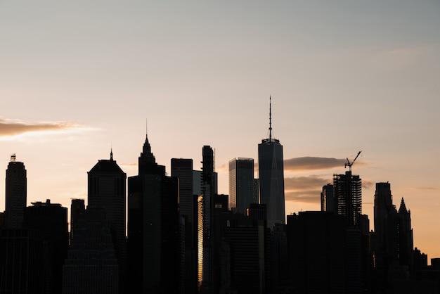 Paisagem urbana com arranha-céus ao entardecer