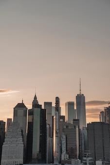 Paisagem urbana com arranha-céus ao pôr do sol