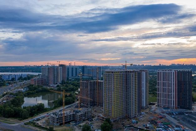 Paisagem urbana com céu dramático