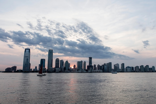 Paisagem urbana com grandes edifícios e água