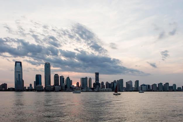 Paisagem urbana com grandes edifícios e água Foto gratuita