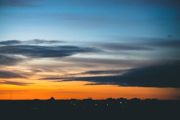 Paisagem urbana com maravilhoso amanhecer vívido lanxess.