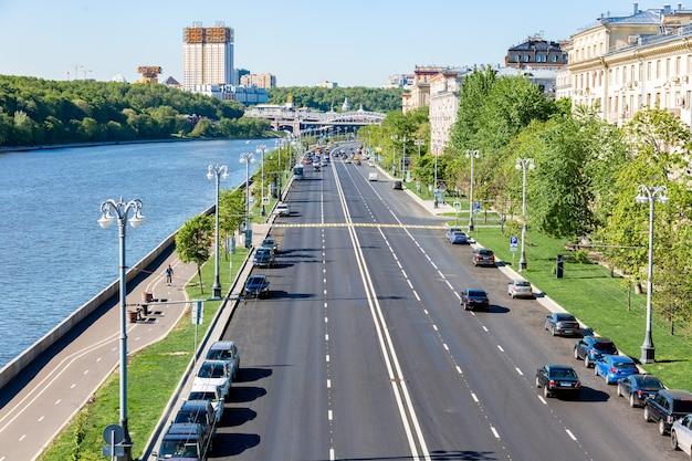 Paisagem urbana com rio e aterro em uma cidade