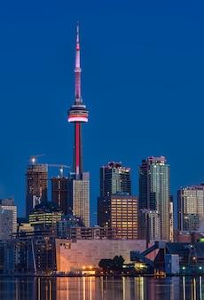 Paisagem urbana com torre cn