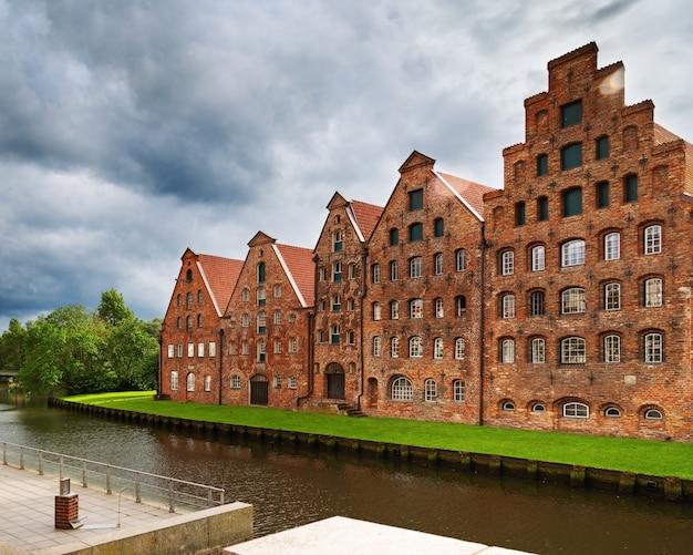 Paisagem urbana da cidade de lübeck. museu holstentor em antigo prédio histórico.
