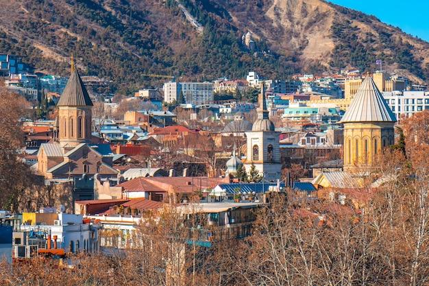 Paisagem urbana da cidade velha de tbilisi, churhes ortodoxa e armênia. georgia