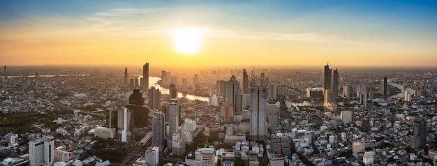 Paisagem urbana da tailândia no pôr do sol