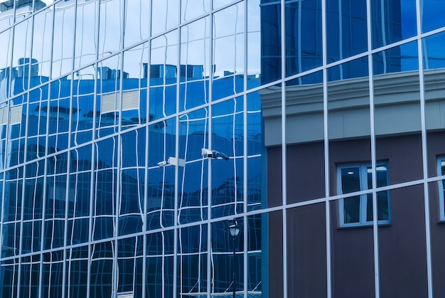 Paisagem urbana de alta tecnologia, fragmento de vidro e fachadas de metal