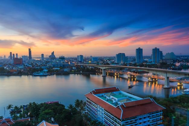 Paisagem urbana de banguecoque e rio chaw phraya