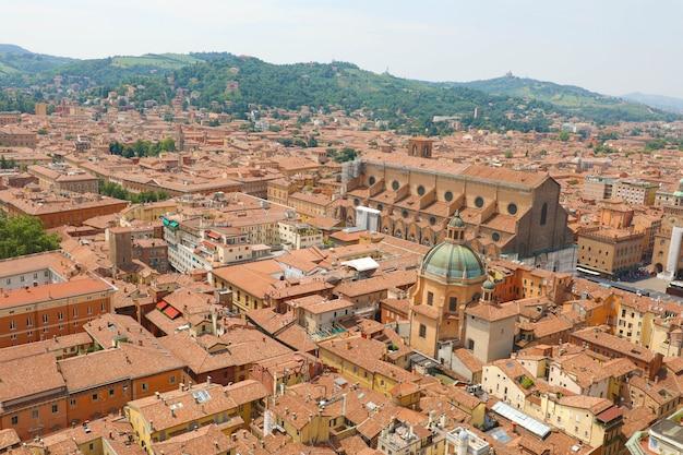 Paisagem urbana de bolonha no centro da cidade medieval com a basílica de san petronio na praça piazza maggiore em bolonha, itália