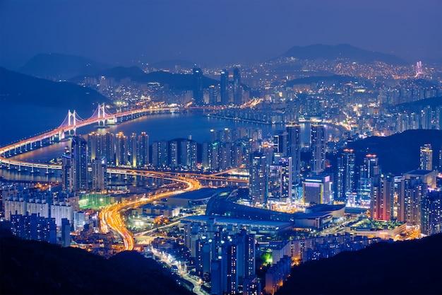 Paisagem urbana de busan gwangan bridge à noite