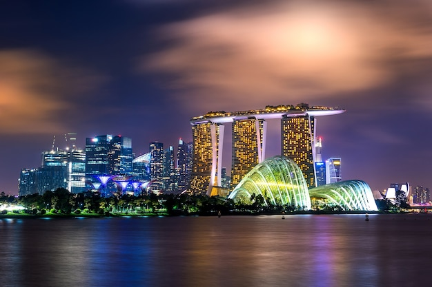 Paisagem urbana de cingapura à noite.