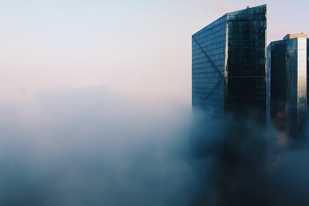 Paisagem urbana de dubai com modernos arranha-céus de vidro cobertos de névoa