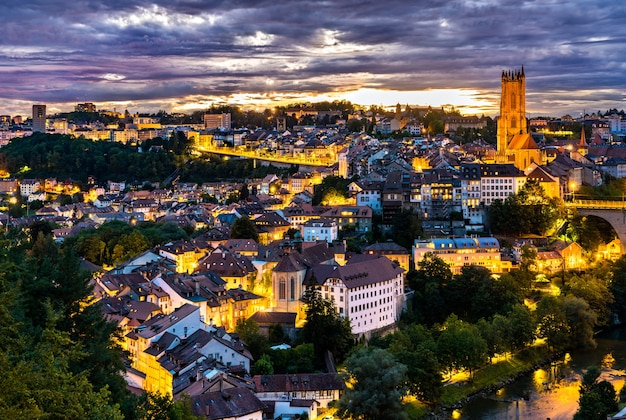 Paisagem urbana de friburgo, na suíça, ao pôr do sol