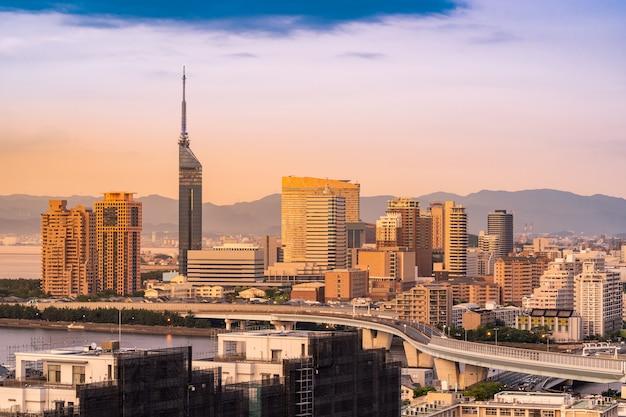 Paisagem urbana de fukuoka kyushu pôr do sol