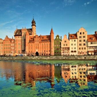 Paisagem urbana de gdansk, com reflexo no canal
