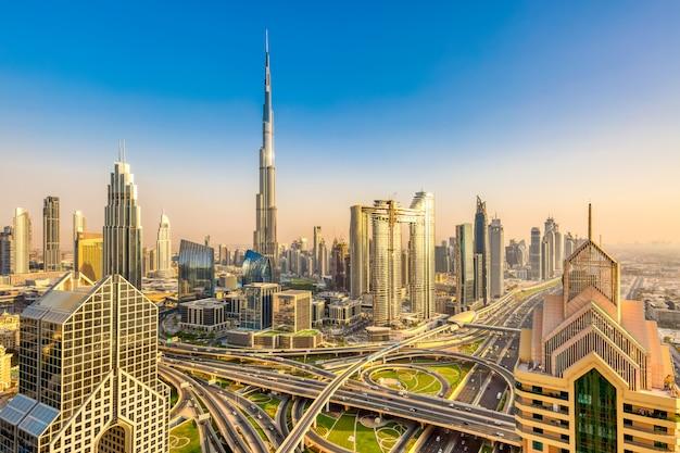 Paisagem urbana de horizonte incrível com arranha-céus modernos em dubai, emirados árabes unidos