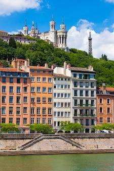 Paisagem urbana de lyon do rio saône com casas coloridas