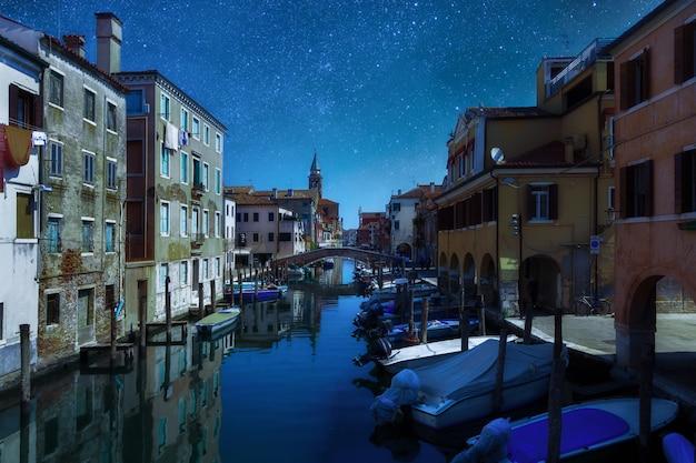 Paisagem urbana de noite de conto de fadas paisagem veneza, itália rua de canal tradicional com gôndolas e barcos